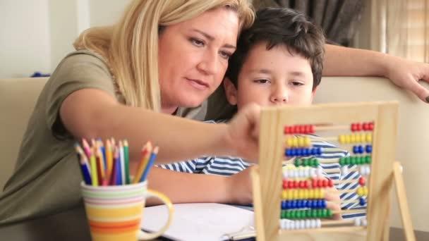 Studentík dělat domácí úkoly se svou matkou