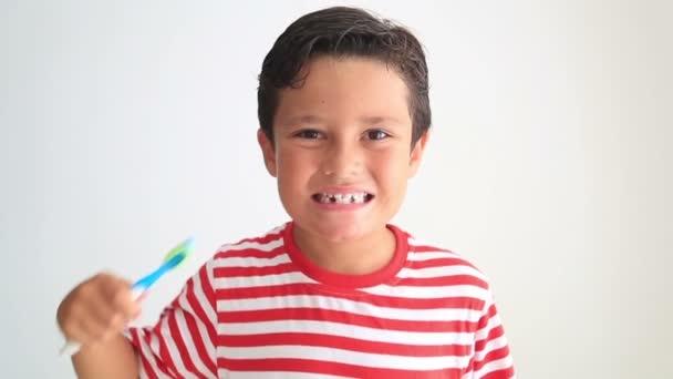 Dítě, kartáčování a ukazuje jeho chybějící zub