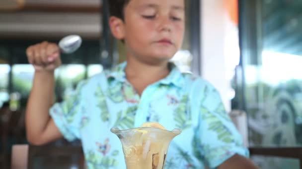 dítě jíst zmrzlinu