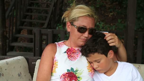 Aranyos fiú alszik anyja fegyverek