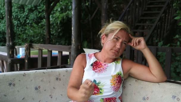 Smutná žena kouření cigaret