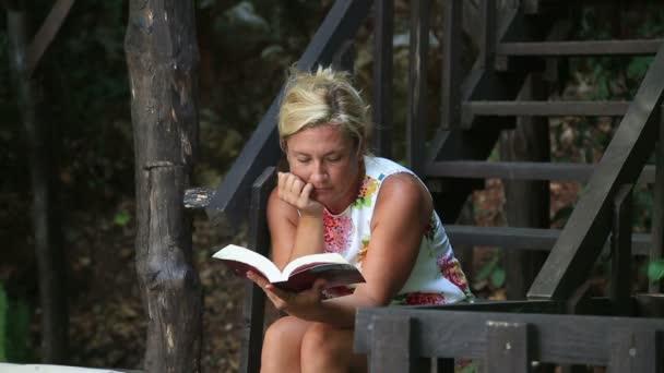 nő egy könyvet olvas