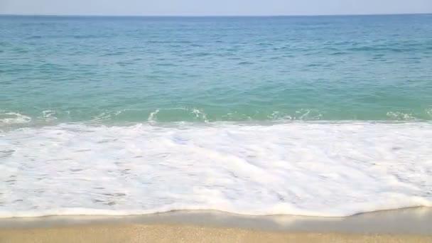 onde del mare e litorale sabbioso