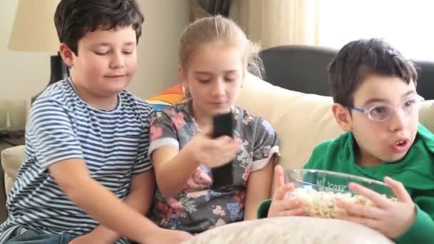 Gyermek tv-nézés és pattogatott kukoricát eszik