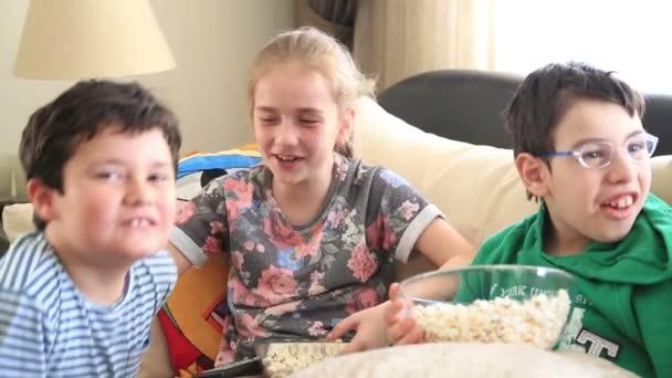 Gyermek tv-nézés, és nevetve 2