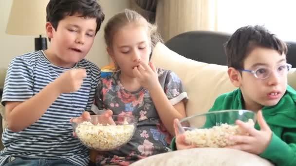 Gyermek tv-nézés, és nevetve