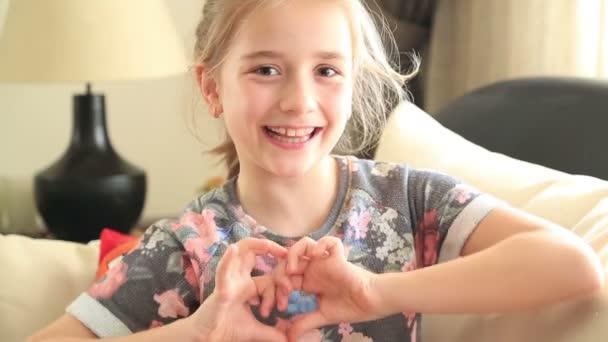 Malá holčička, takže symbol srdce