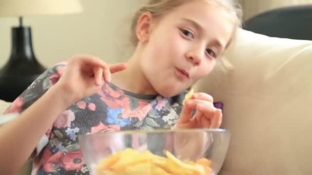 Šťastná holčička jíst brambůrky