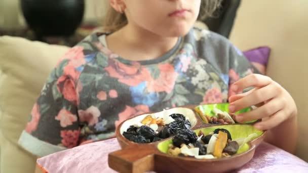 Kislány étkezési szárított gyümölcsök