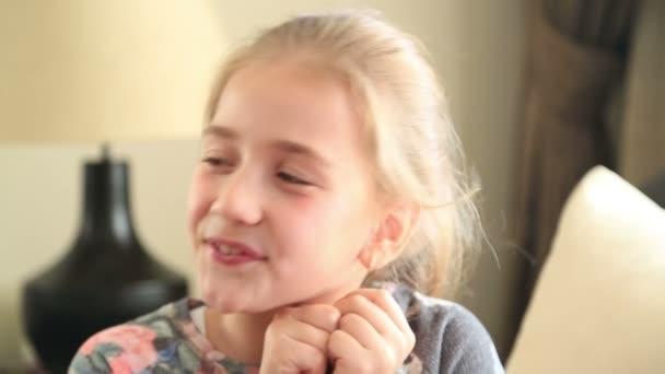 Roztomilá krásná holka dělat ksichty