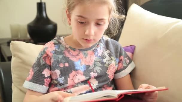 Malá dívka čtení knih 2