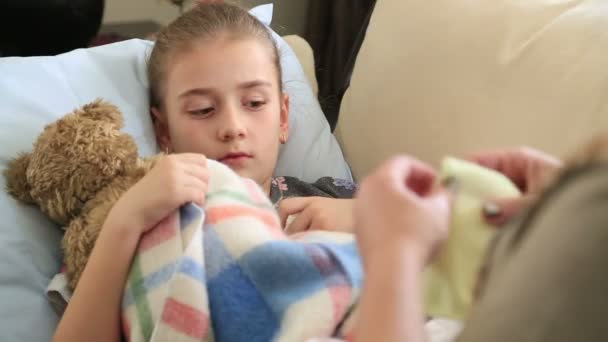 Beteg gyermek feküdt az ágyban, és a köhögés