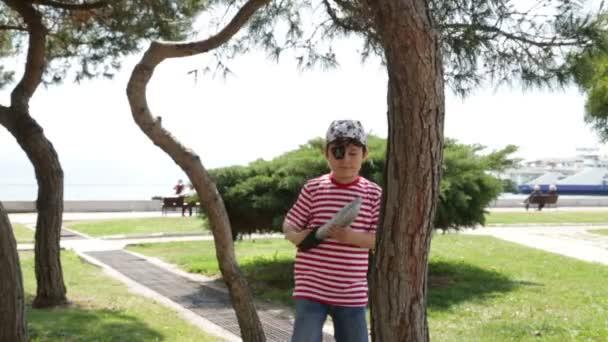 Piccolo pirata giocare nel parco