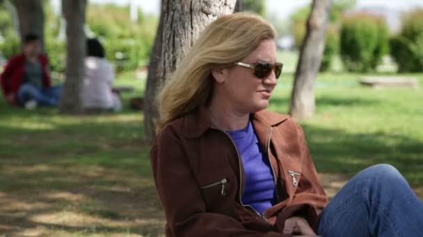 Nő a dohányzás cigaretta a parkban