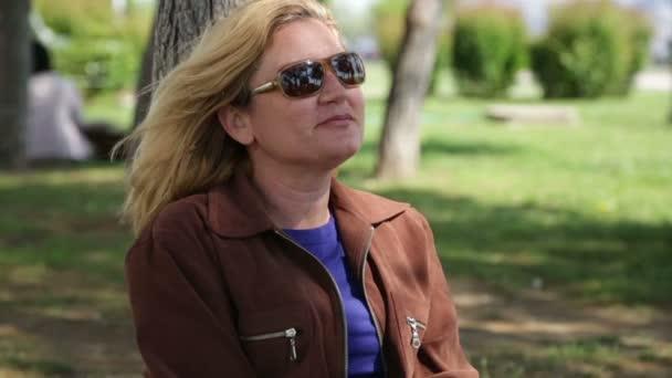 Portrét ženy sedí v parku