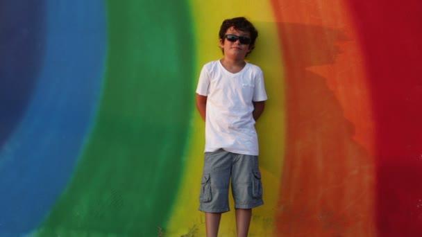 Porträt eines kleinen Jungen zu einer Kamera Lächeln