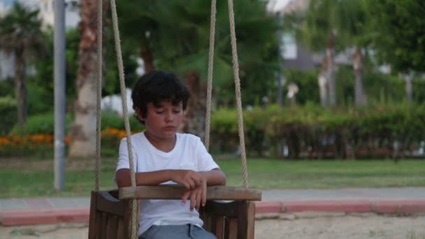 Nešťastné opuštěné dítě kyvné