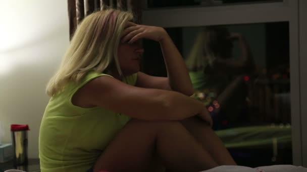 Solitaria mujer trastornada en un cuarto oscuro — Vídeo de stock ...
