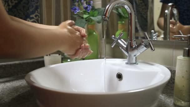 kézmosás fürdőszobában nő