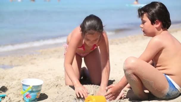 děti hrají na pláži