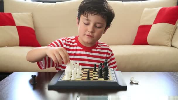 Malý chlapec, naučit se hrát šachy 3