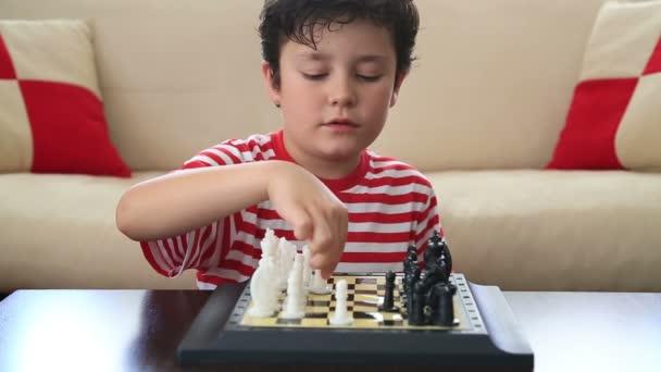 Tanulás, hogyan kell játszani sakk kisfiú