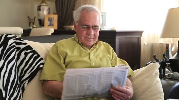 muž čtení noviny