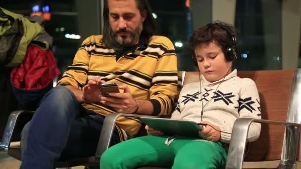 Otec a syn čekání na letišti