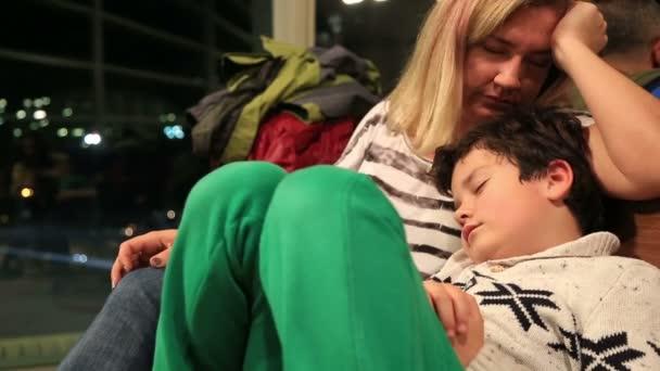 Matka a její malý chlapec, čekání na letišti