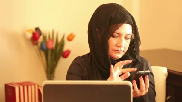 Muszlim nő küldött szöveges üzenetet