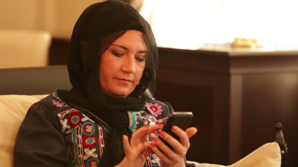 Muszlim nő használ szúró telefon 2