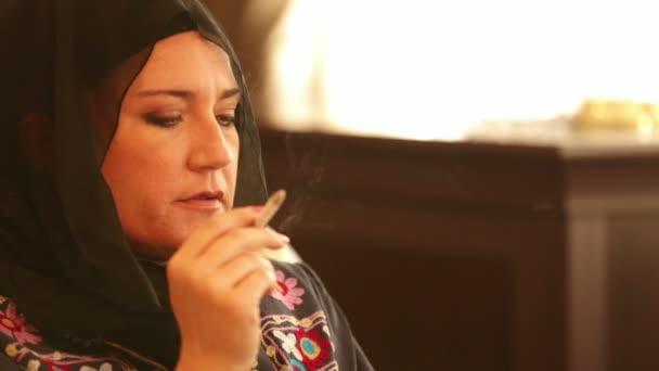 Szomorú muszlim nő a dohányzás