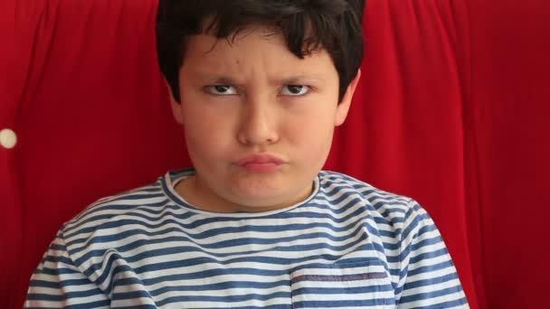 Hravé dítě takže naštvaný obličej