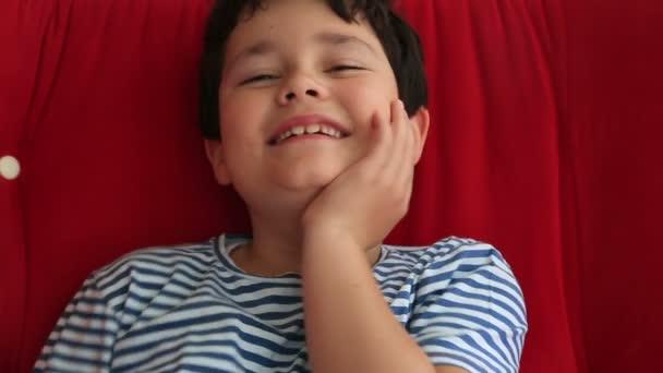 Gyermek mosolyogva a kamera