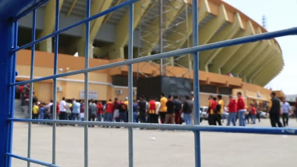 Přeplněný před vchodem fotbalový zápas