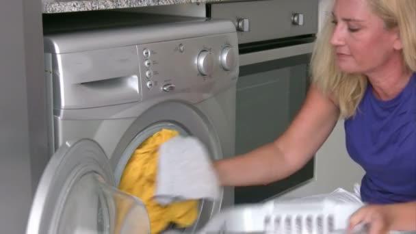 nő, használ mosógép