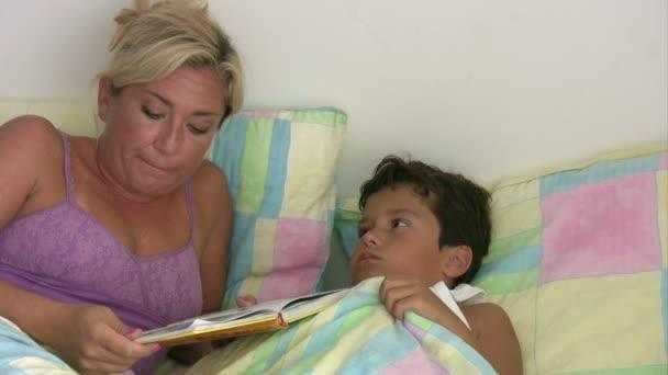 Mutter Geht Mit Ihrem Sohn Ins Bett