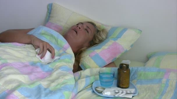 Smutné, nemocné nebo depresivní žena v posteli