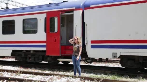 žena čekala na nádraží