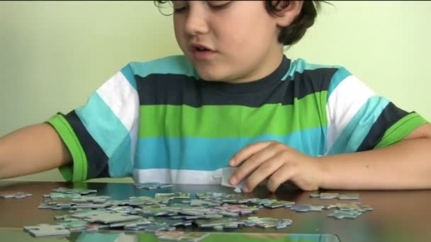 malý chlapec řešení puzzle