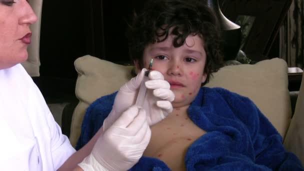 Nemocný chlapec strach ze stříkačky