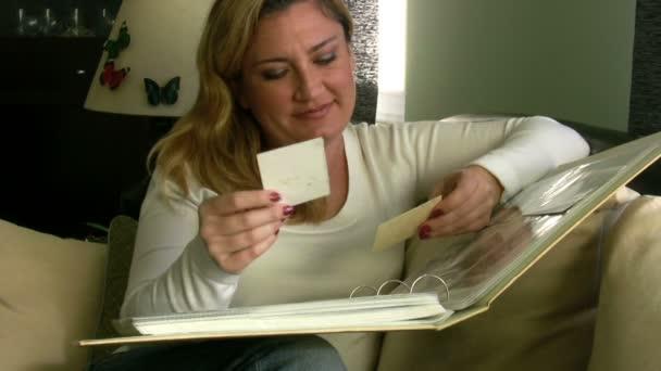žena při pohledu na album fotografií