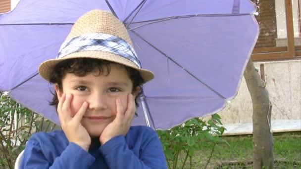 kisfiú a nap kalap
