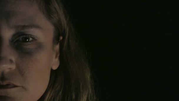 portrét týrané ženy, depresivní