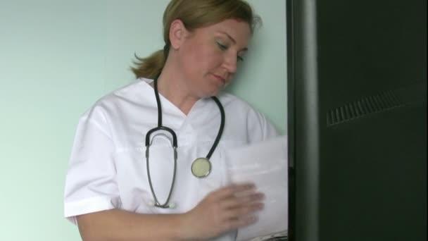 ženský lékař pracující