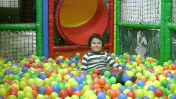 malý chlapec v kuličková jámu
