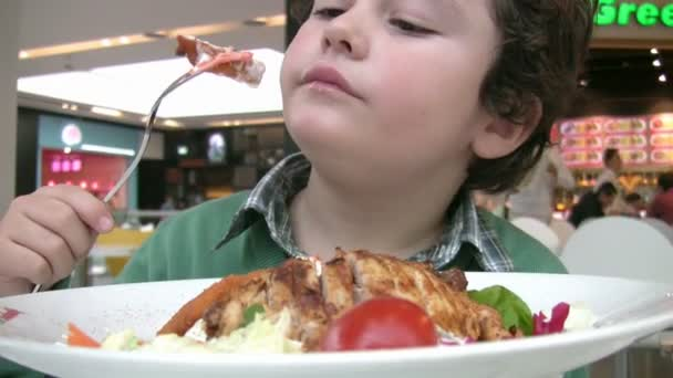 Malý chlapec na obědě v restauraci