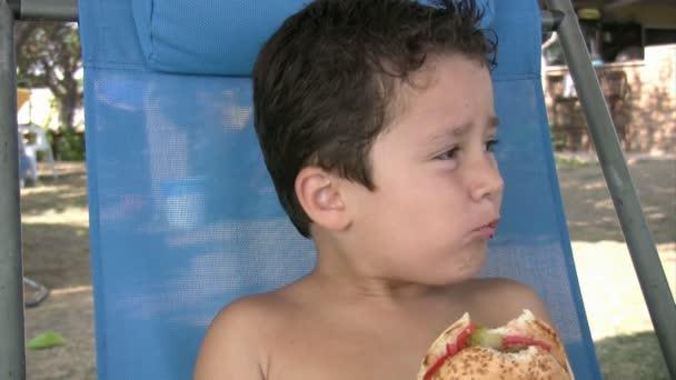 malý chlapec jíst hamburger