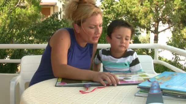matka a syn, čtení knihy