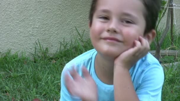 Malý chlapec ukazuje znamení Ok